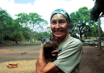Karanambu-Lodge: Diane Mc Turk with giant otter baby