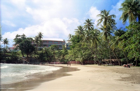 Blue Haven Hotel: the building seen from the beach