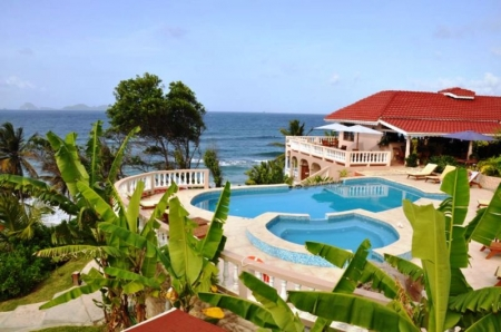 Fine boutique hotel: pool deck with view over the ocean